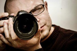 Man taking photo. Source: jarmoluk, Pixabay / CC0.