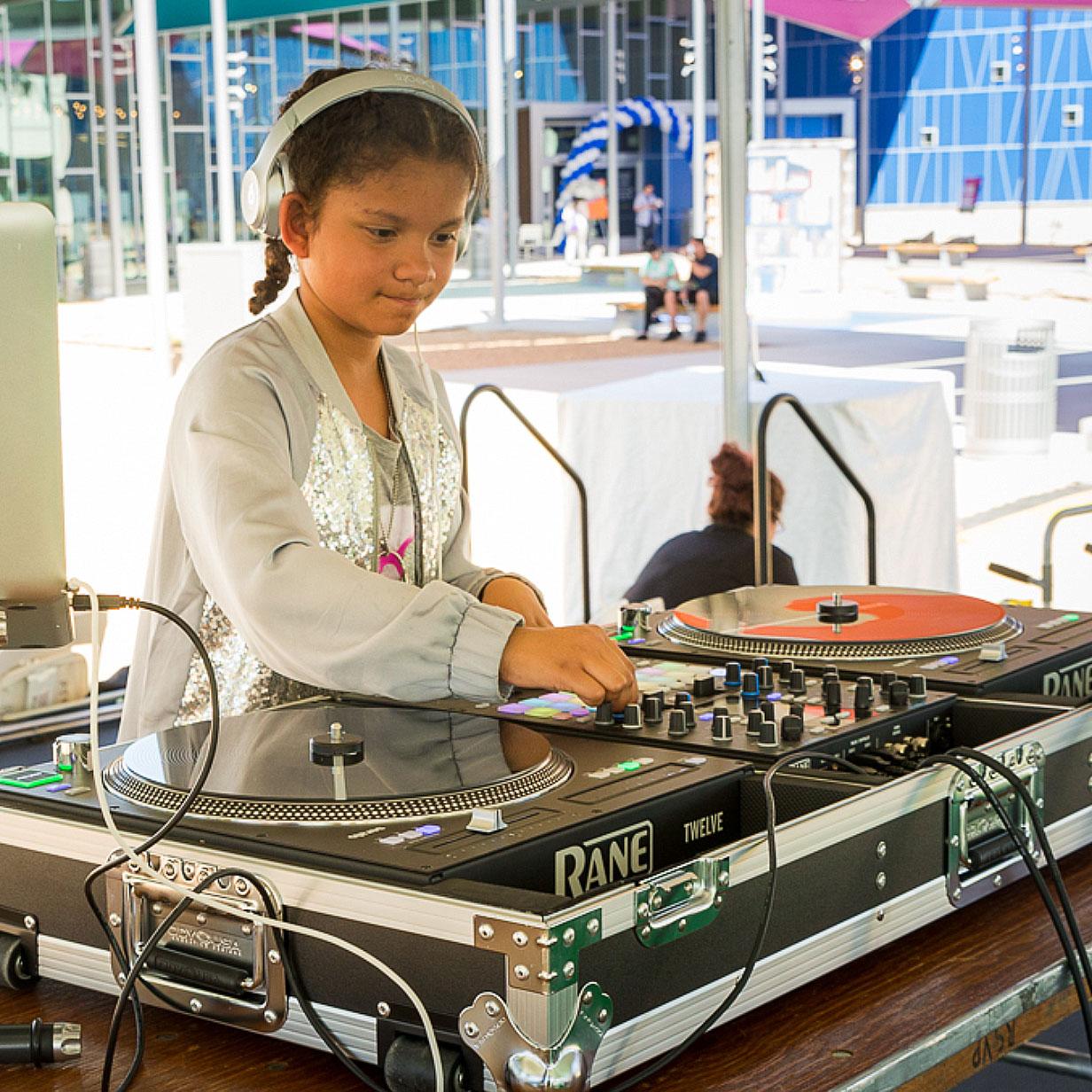 Girl DJ