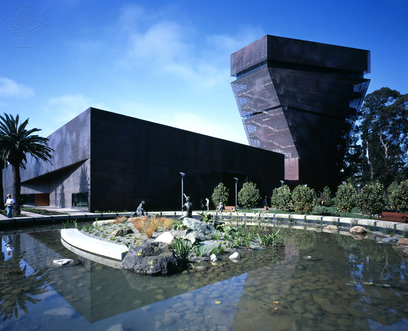 <p>de Young Museum, San Francisco. Outdoors side view across fountain.</p>